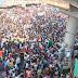 मुंबई के बांद्रा में सड़कों पर उतरें हजारों लोग, घर जाने की मांग रहे है इजाजत राशन न मिलने के लगाए आरोप, पुलिस ने किया लाठीचार्ज