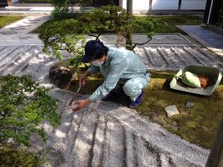 Un giardiniere del karesansui
