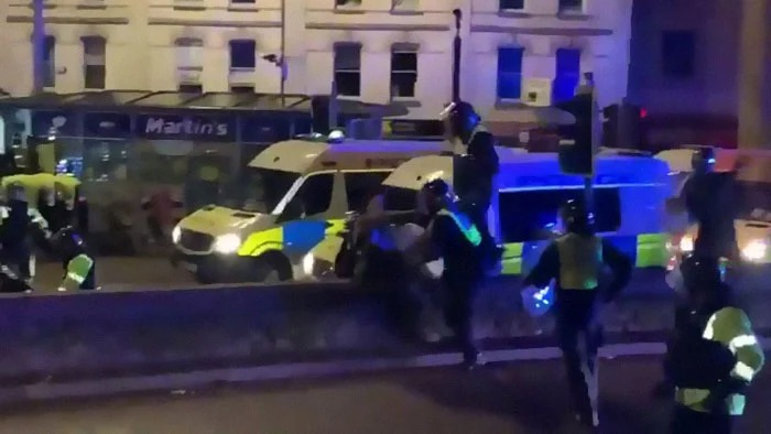 Perro policía ataca a un humano policía cuando vio que agredía a un manifestante