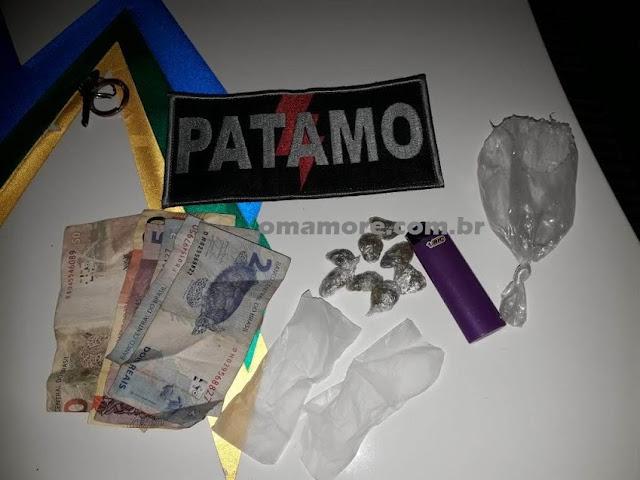 PATAMO flagra jovem com papelotes de droga