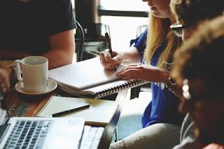 korelasi timbal balik antar individu dalam konteks organisasi serta adanya saling keterga Pengertian Komunikasi Organisasi