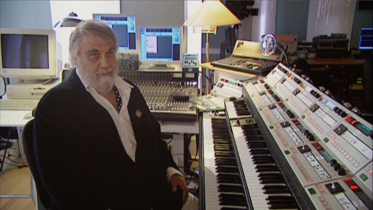 Vangelis en su estudio de Atenas explicando las características de su sistema MIDI 'custom' en el documental Vangelis And The Journey To Ithaka (2013).