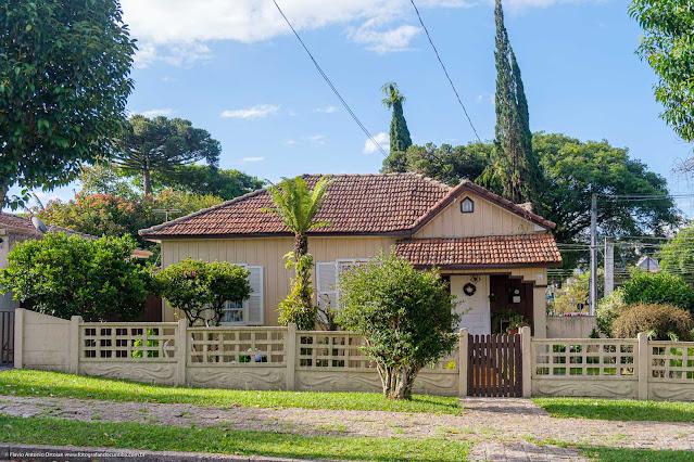 Simpática casa de madeira na Rua Monte Castelo