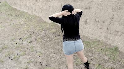 Mujer sexy en mini falda