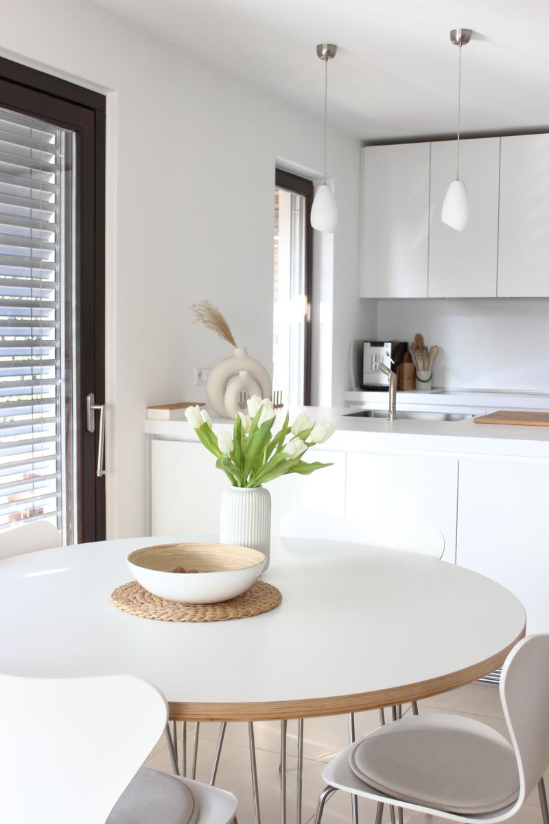 weiße Tulpen am floral friday, flowerday, white tulips, white interior love, cleane schlichte minimalistische Deko, Blumen am Freitag auf dem Südtiroler Lifestyleblog kebo homing