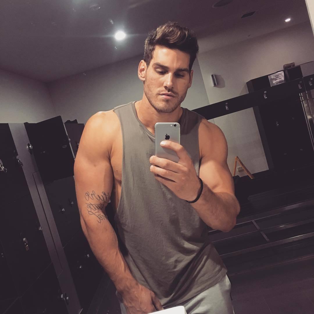 good-looking-dudes-dalton-ford-biceps-selfie