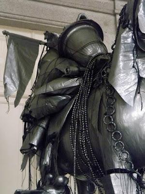 escultura prateada feita com objetos recicláveis