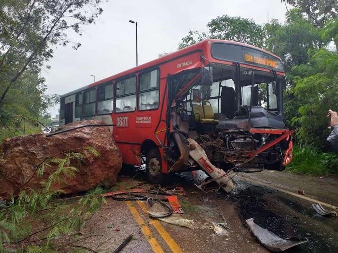 Ônibus é atingido por pedra que caiu de barranco na MG-030, em Nova Lima