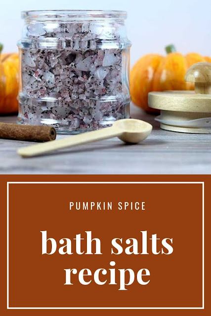 Are you ready for pumpkin spice season? Make pumpkin spice everything with these cute bath salts. How to make bath salts with chai tea, magnesium flakes, sea salt, and with essential oils. Get the benefits of magnesium with the flakes and detox with the salt. These easy home made salts are perfect for fall. DIY bath salts make a great gift, too. Use a cute jar for these homemade salts. Learn how to use them and how to make them. #pumpkinspice #bathsalts