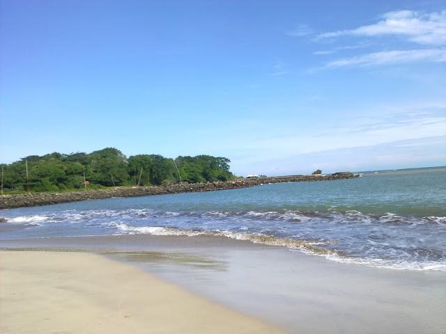 Suasana Ombak Pantai Santolo begitu damai