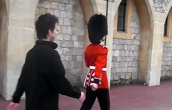Turista tenta tocar guarda da rainha