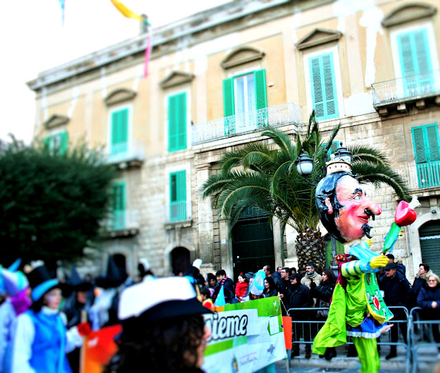 maschere, carnevale 2018, carnevale Corato, colori, persone in maschera, palazzo, corso