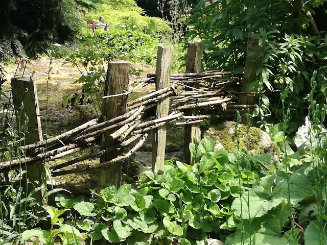 drewniany płotek, ogród rustykalny