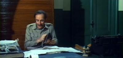 Renzo Ozzano lit des revues cochonnes dans LA TOUBIB DU REGIMENT
