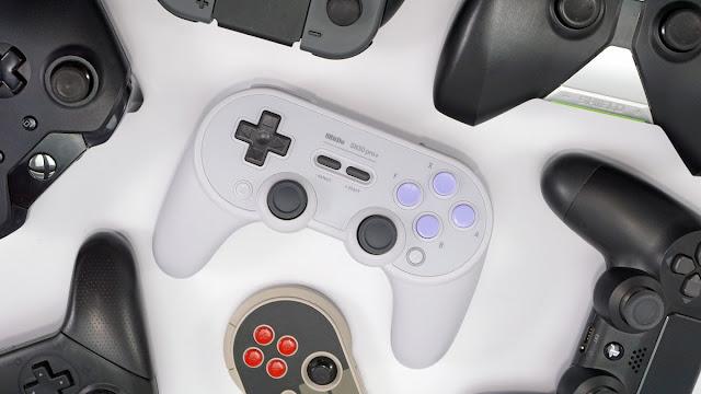 وحدة تحكم SN30 Pro + ، محاطة بوحدات تحكم أخرى