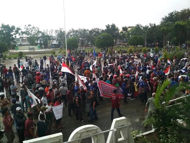 Para buruh di Aceh Tamiang saat melakukan unjuk rasa di depan halaman gedung DPRK setempat, menolak UU Omnibuslaw Ciptaker, Senin, 9 November 2020. (Foto: Tagar/Zulfitra)
