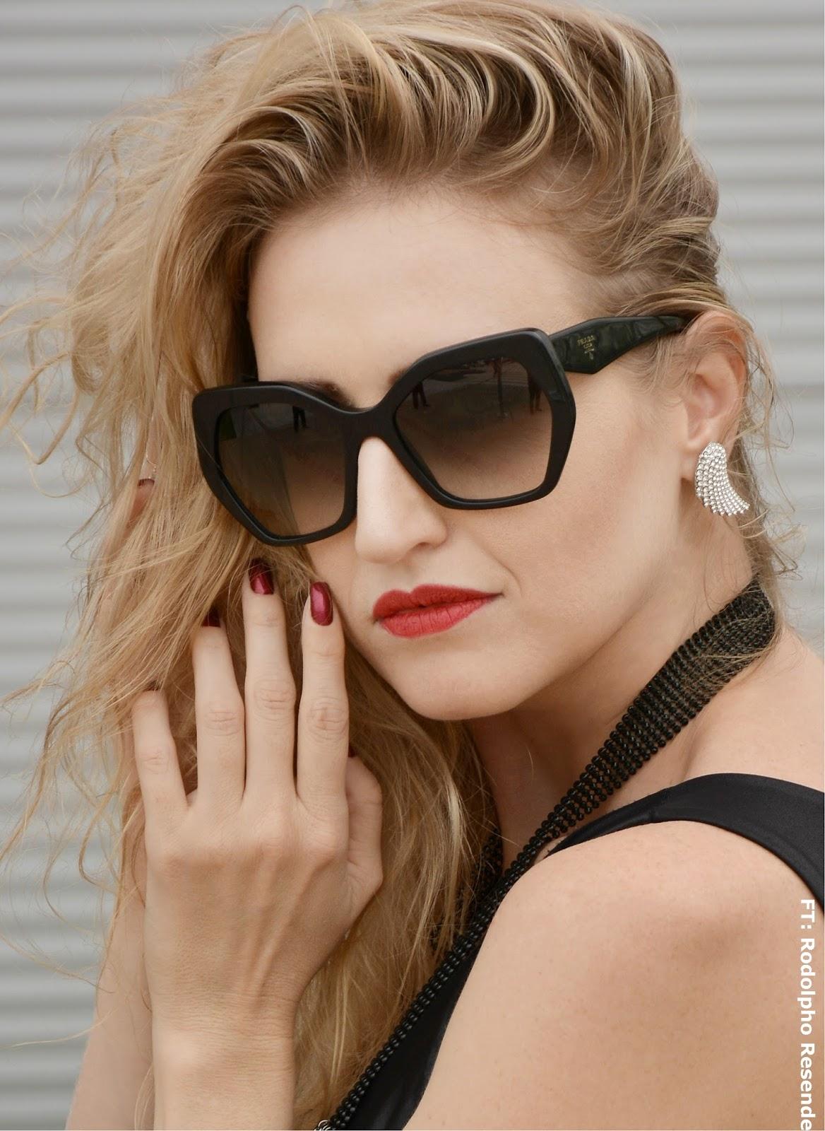 17f96d7d3 Esse é um óculos que traz a lente em formato de diamante negro! Fala  sério!!!! Mais clássico, e não menos poderoso. O danado foi feito pra  mulher que quer ...