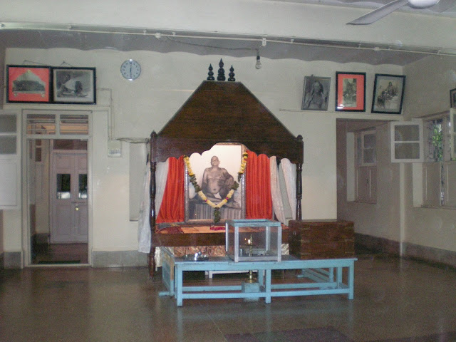 The bed where Bhagwan left his body in Bangalorewala Building