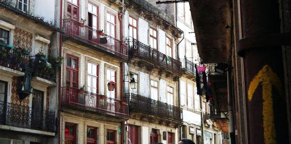 Varandas de casas e a seta do Caminho de Santiago de Compostela