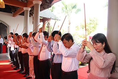 Dâng hương tại đền