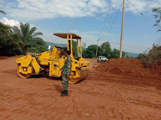 Gleder Ratakan Jalan Di TMMD Reguler ke-108 Kodim 0605/Subang