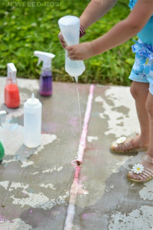Keep kids busy with this easy to make spray chalk perfect for summer! #spraychalkpaint #homemadechalk #sidewalkchalk #chalkartideas #growingajeweledrose #activitiesforkids