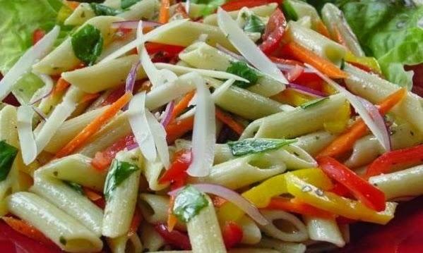 Κρύα light σαλάτα με πένες, κοτόπουλο και λαχανικά