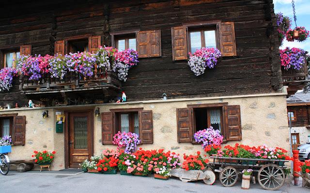 Λουλουδένια μπαλκόνια και παράθυρα