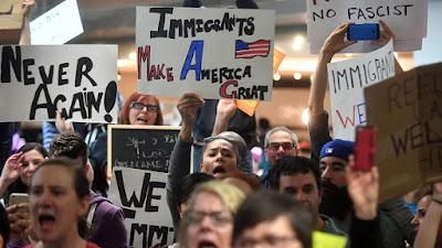 Miles de personas se han manifestado en contra del veto migratorio de Trump . Univisión