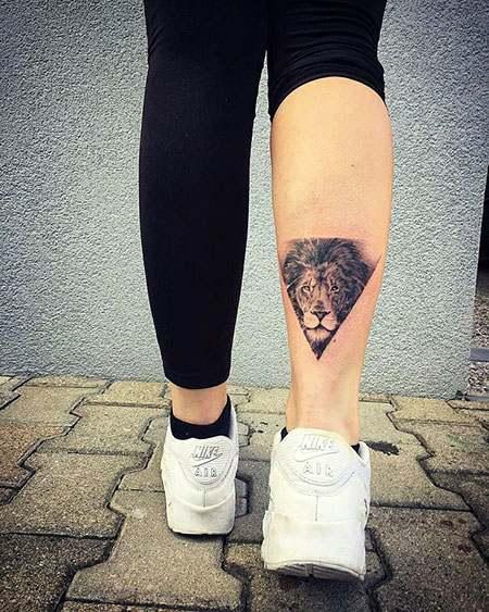Imagen de tatuaje de león para mujer en los gemelos