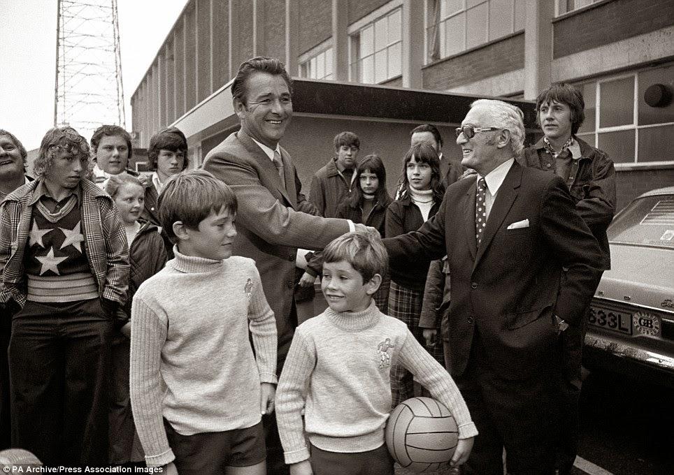 Brian Clough en su llegada a Leeds acompañado de sus dos hijos