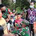 Dansatgas Pasangkan Masker untuk Anak-anak di Batas Negeri