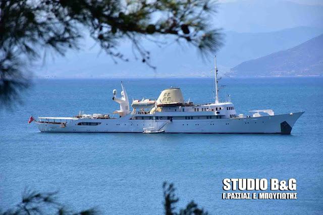 """Η θρυλική θαλαμηγός του Ωνάση """"Χριστίνα"""" στο Ναύπλιο (βίντεο)"""