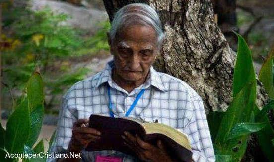 Pastor anciano continúa predicando