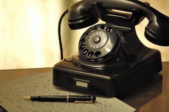 Telefone antigo na cor preta