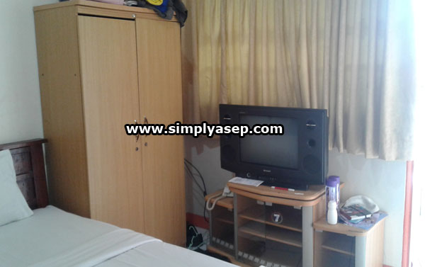 There is a wardrobe and color TV with a wide selection of DN and LN channels for your entertainment facilities in the room. WIFI or hotspot is also pretty fast. Photo of Asep Haryono