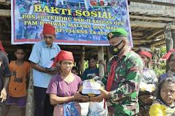 TNI Bagi Sembako ke Masyarakat Dusun Ekano di Tehoru
