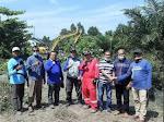 Wakil Ketua DPRD Kabupaten Bengkalis dan Warga Air Jamban Duri Buka Bahu Jalan