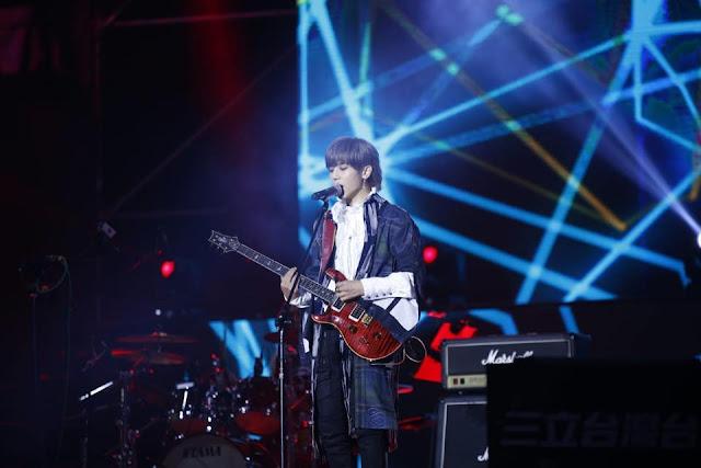 화롄(花蓮)에서 기타를 치며 노래를 부르고 있는 비수진(畢書盡,필서진)  [비수진 페이스북 캡처]