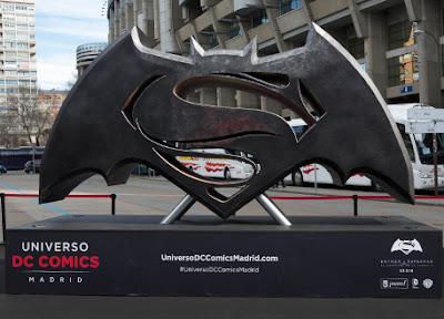 El Universo DC Cómics llega a Madrid. Logotipo de la película Batman v. Superman. Ver. Oír. Contar.