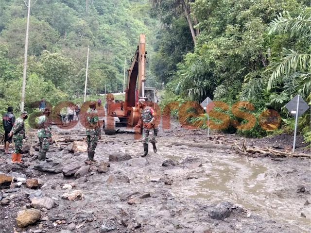 Akses Jalan Lumpuh Total, Koramil 01/Bandar Bersama Masyarakat Bersihkan Material Longsor