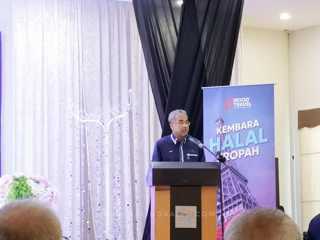 KEMBARA HALAL EROPAH BERSAMA MOOD TRAVEL DAN JUARA TRAVEL - Assalamualaikum dan Selamat Sejahtera. Semalam mummy sempat ke Majlis Hi-Tea di D'Saji Titiwangsa Kuala Lumpur untuk Program Kembara Halal Eropah (KHE 2019) yang dirasmikan oleh Datuk Musa Yusof, Ketua Pengarah Tourism Malaysia.    KEMBARA HALAL EROPAH BERSAMA MOOD TRAVEL DAN JUARA TRAVEL   KEMBARA HALAL EROPAH BERSAMA MOOD TRAVEL DAN JUARA TRAVEL ini bertujuan untuk membuka peluang kepada agensi-agensi pelancongan di bawah BUMITRA MALAYSIA  untuk memperluas cabang perniagaan mereka.           Untuk para pelanggan pula, kenapa perlu menggunakan khidmat KEMBARA HALAL EROPAH BERSAMA MOOD TRAVEL DAN JUARA TRAVEL      6 KELEBIHAN KEMBARA HALAL EROPAH BERSAMA MOOD TRAVEL DAN JUARA TRAVEL         Antara 6 kelebihan KEMBARA HALAL EROPAH BERSAMA MOOD TRAVEL DAN JUARA TRAVEL ialah seperti :-    PENGANGKUTAN    Pengangkutan yang di aturkan oleh KEMBARA HALAL EROPAH BERSAMA MOOD TRAVEL DAN JUARA TRAVEL adalah suasana yang mesra menitikberatkan untuk semua pelancong    Ruang tempat duduk luas dan selesa    Di lengkapi tandas dalam setiap bas    Mempunyai 65 tempat duduk     Menggunakan pemandu EROPAH berlesen dan mesra pelanggan    TEMPAT TINGGAL    Ruang hotel selesa yang di janji kan oleh KEMBARA HALAL EROPAH BERSAMA MOOD TRAVEL DAN JUARA TRAVEL     Lokasi yang strategik akan di ambil kira.     Mempunyai wifi adalah salah satu pilihan hotel yang akan di pilih oleh KEMBARA HALAL EROPAH BERSAMA MOOD TRAVEL DAN JUARA TRAVEL     Yang pastinya.. Bilik hotel itu bertaraf 3 bintang ke atas            MAKANAN HALAL    Pihak Mood Travel dan Juara Travel akan membawa para pelancong untuk menikmati makanan di Restoran HALAL.     Bab ni, best... Tak perlu kita nak mengoogle mama tempat makan HALAL.     Mummy memang seorang food hunter. Dan... Bab ni, paling mummy suka sangat. Mau beratur entri food hunting dalam blog hahaha    SOLAT    Solat pun akanndintitik beratkan. Di mana mereka akan pastikan para pelancong yang beragama Is