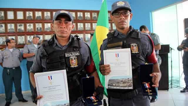 Policiais que salvaram bebê