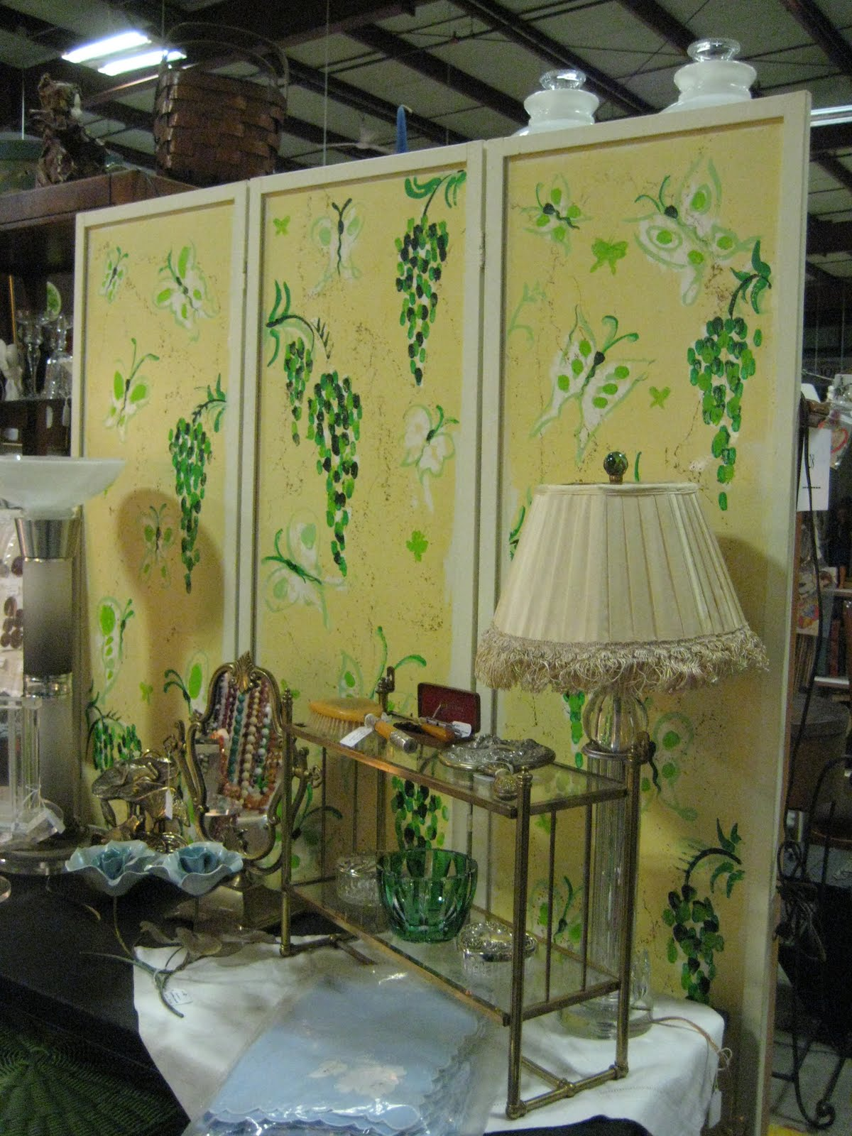 Kitsch 'n Stuff: Using A Room Screen As