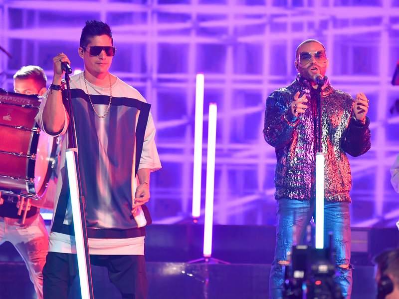 Vídeo completo de Chino y Nacho  en Premios Juventud