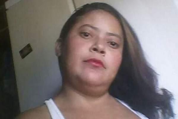 >Mulher é morta a facadas dentro de casa; família aponta companheiro como suspeito