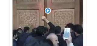 Warga Iran Protes Penutupan Situs Suci Umat Syiah karena Corona