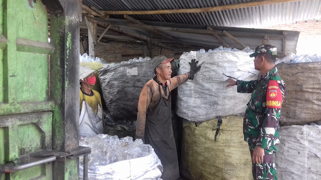 Sambangi  Warga di desa binaanya babinsa sampaikan pesan dan kesan