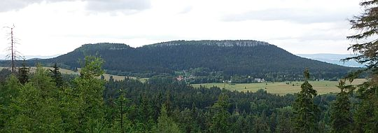 Szczeliniec Mały (895 m n.p.m.; niem. Kleiner Heuscheuer, czes. Mala Hejšovina) i Szczeliniec Wielki (919 m n.p.m.; niem. Große Heuscheuer, czes. Velká Hejšovina).