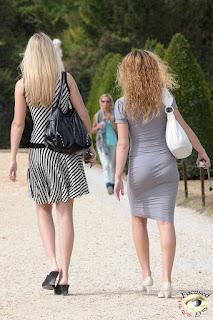 Mujeres vestidos ajustados marcando tanga